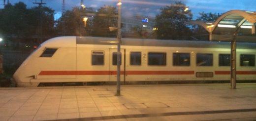 Zug steht im Bahnhof